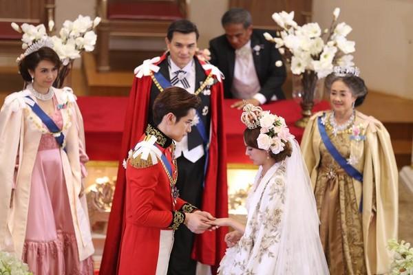 【泰娱新闻】泰版《宫》王子大婚洗「鸳鸯浴」 王妃羞摸他胸肌1分钟