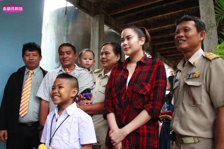 【泰娱新闻】5位收养或资助过别人的泰国明星
