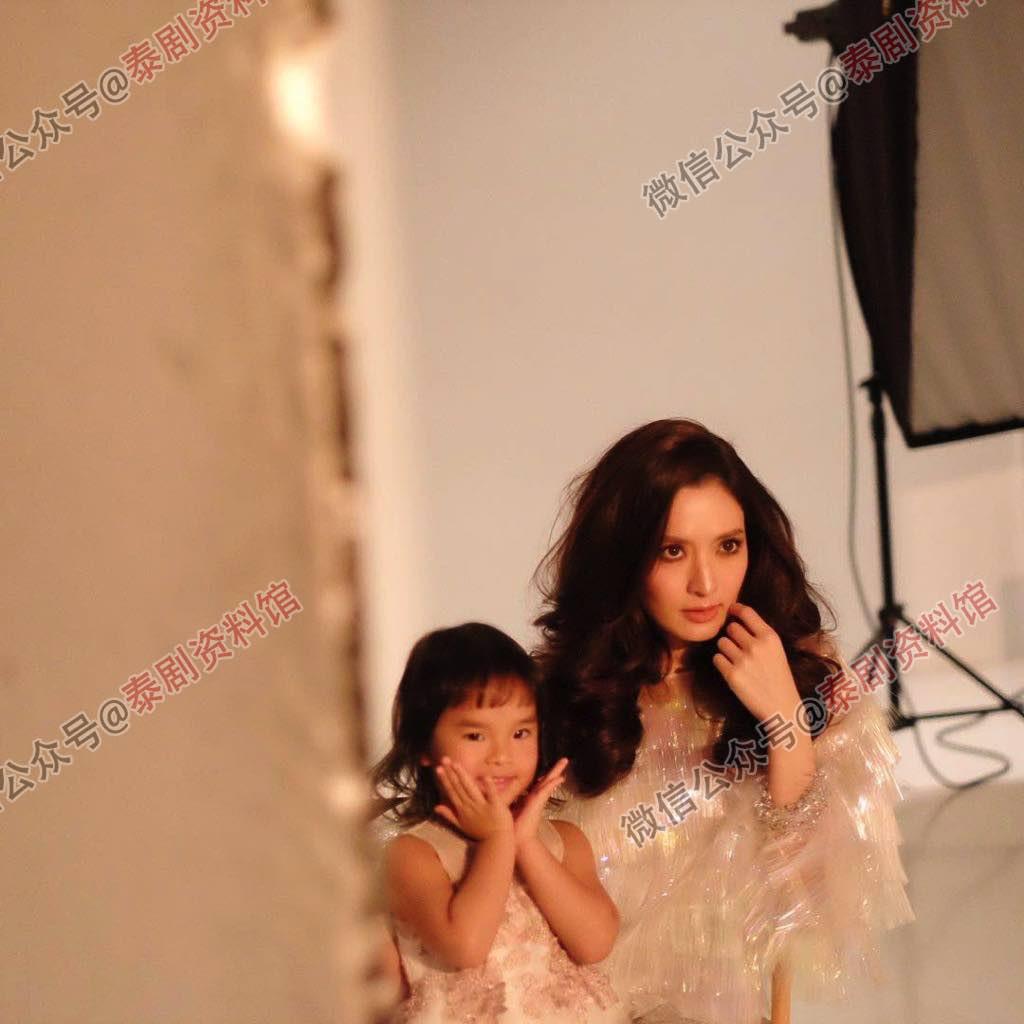 【泰娱新闻】Aff 带女儿为杂志拍写真,被评价不适宜