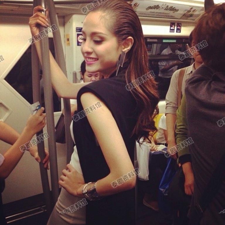 【泰娱新闻】5位搭乘大众交通工具被拍到的泰国明星