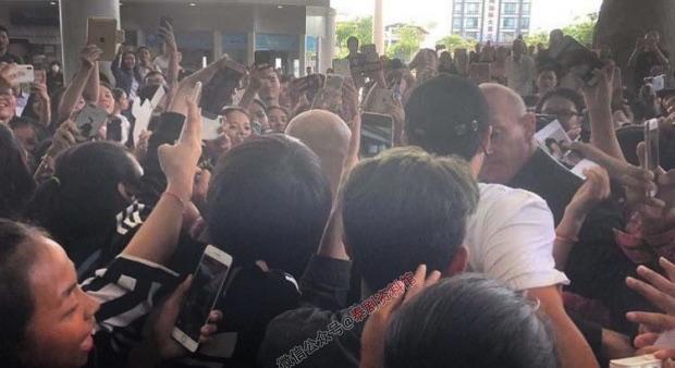 【泰国娱乐】Mark Prin 柬埔寨人气爆棚,粉丝包围机场行走困难