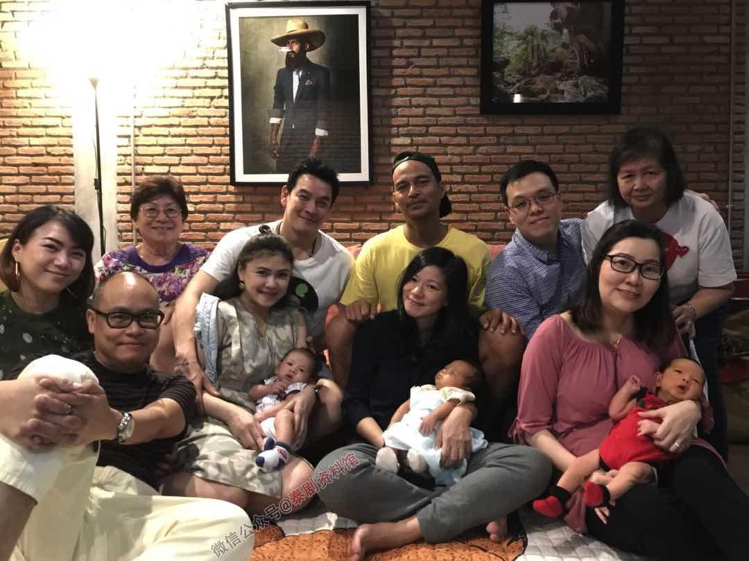 【泰国娱乐】Chakrit Yamnarm 与小学同学一起集体晒娃