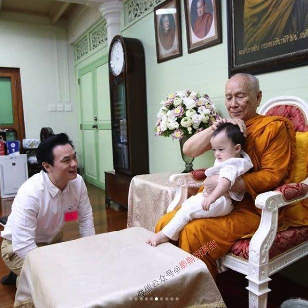 【泰国娱乐】Chompoo Araya 夫妇带双胞胎接受高僧赐福