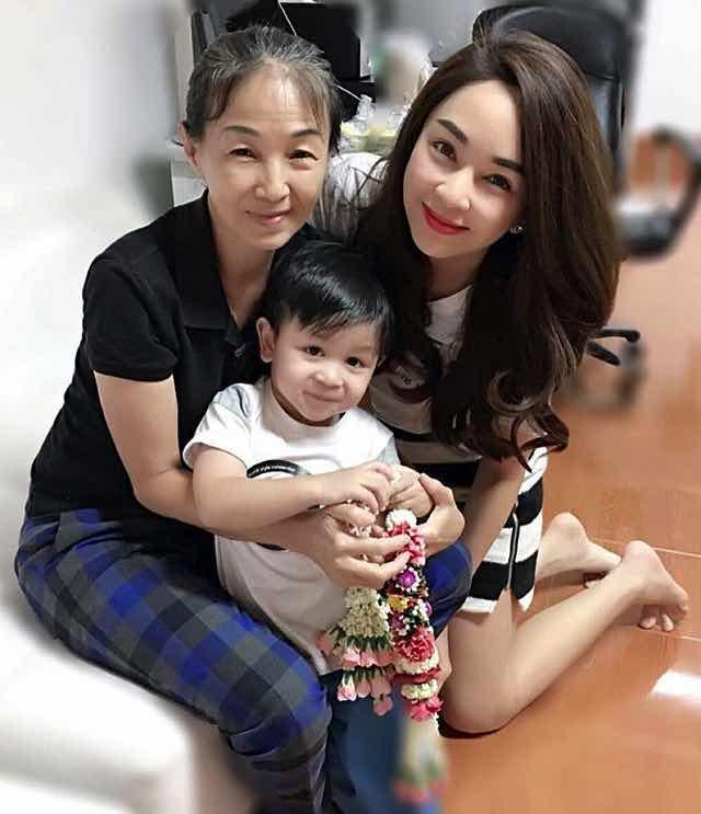 【泰国娱乐】泰国母亲节,一大波明星秀妈妈的照片来袭