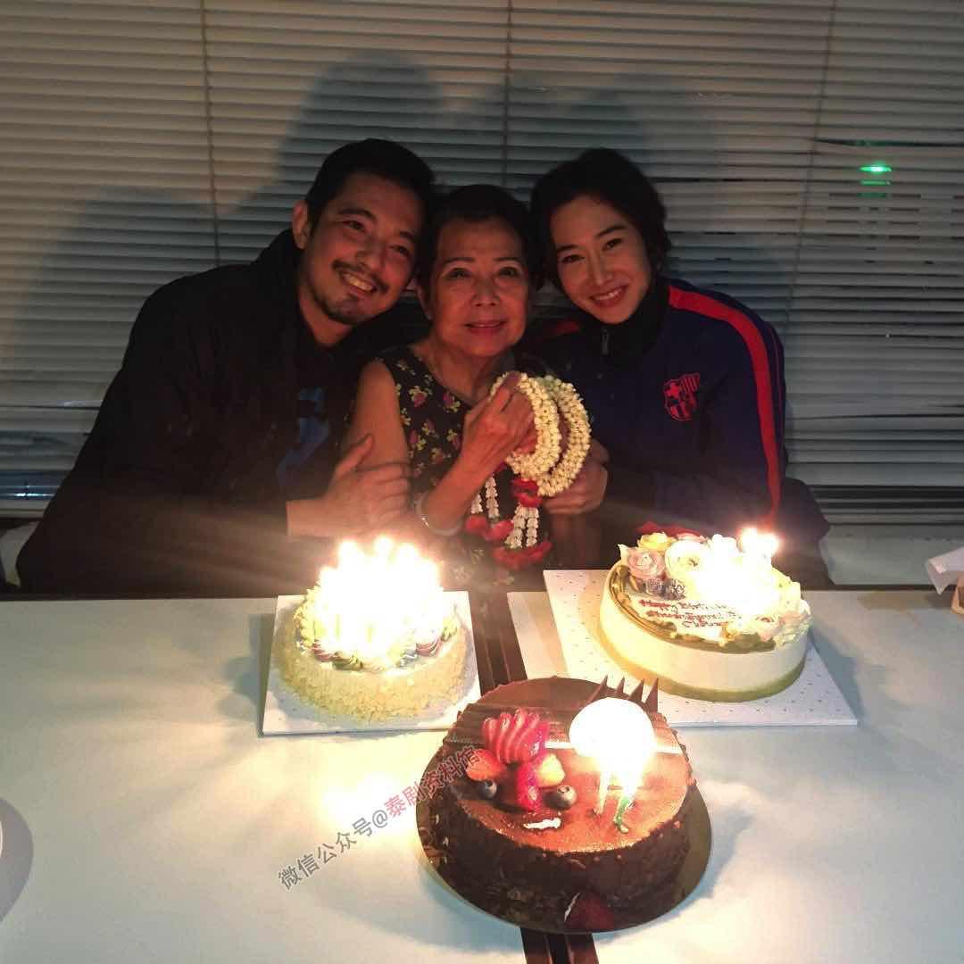 【泰国娱乐】Num Sornram 带 Tik Bigbrother 给妈妈庆祝生日的合影公布