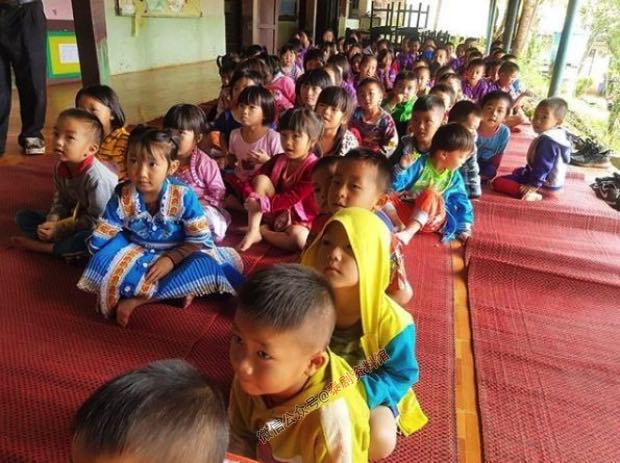 【泰国娱乐】Nadech 为北部小学捐赠物资,给学生上课