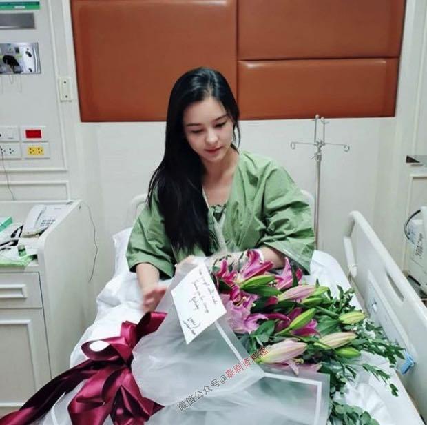 【泰国娱乐】Aom Sushar 生病住院,男友 Amp Pithan 甜蜜陪护