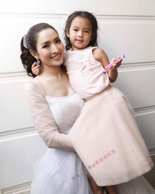 【泰国娱乐】Aff Taksaorn 和女儿 Peamai 在 Push 婚礼上的有趣一幕