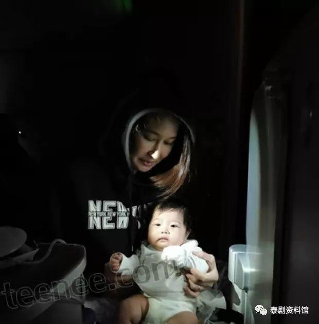 【泰国娱乐】新手爸爸 Num Sornram 带妻子与女儿前往巴黎旅游